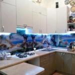 Стеклянный фартук с фотопечатью в угловой кухне