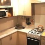Чайник на газовой плите в маленькой кухне