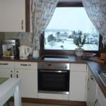Легкие занавески на окне кухни
