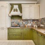 Угловой гарнитур для кухни деревенского стиля
