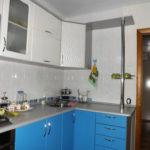Голубые дверцы кухонных шкафов