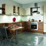 Глянцевый пол в современной кухне