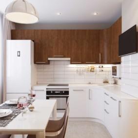 Коричневые шкафы и белые тумбы кухонного гарнитура