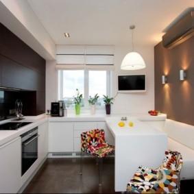 Белый диван в кухне городской квартиры