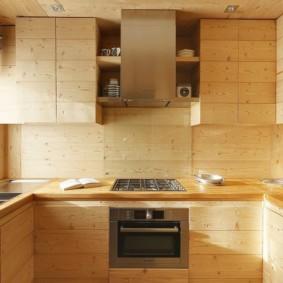 П-образный гарнитур с деревянными фасадами
