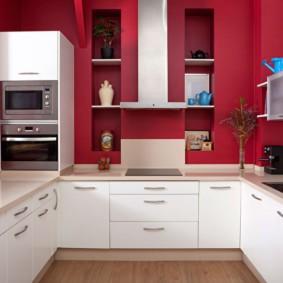 П-образный гарнитур в кухне с яркими стенами