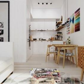 Деревянный сто и стулья в белой кухне-гостиной