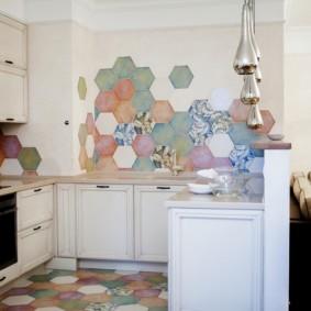 Разноцветная плитка на стене кухни