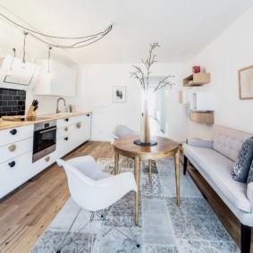 Узкий диван в белой кухне
