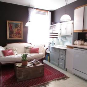 Светлая мебель в кухне с темными стенами