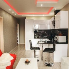 Красный диван в кухне-гостиной