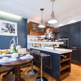 Синий интерьер модной кухни-гостиной