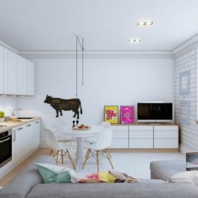 Обеденная зона кухни-гостиной в белом цвете