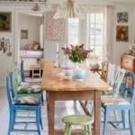 Голубые стулья за деревянным столом