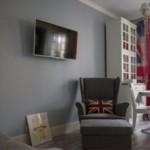 Черный телевизор на серой стене