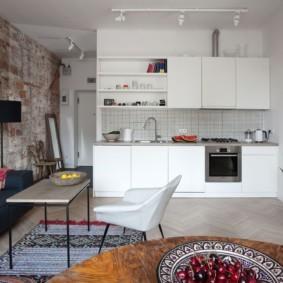 Кирпичная кладка в интерьере кухни-гостиной