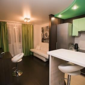 Зеленые занавески в гостиной современной квартиры