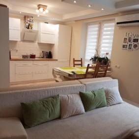 Удобные подушки на диване в гостиной