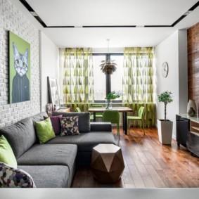 Серый диван с обивкой из натуральной ткани