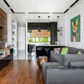 Серый диван на деревянном полу
