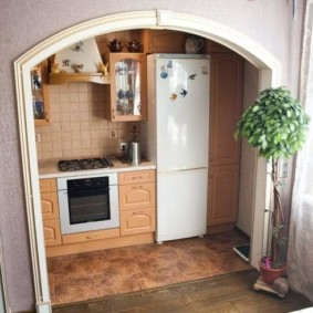 Арка в интерьере кухни-гостиной в панельном доме