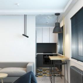 Серый диван вдоль белой стены гостиной
