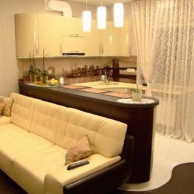 Прямой диван вдоль барной стойки