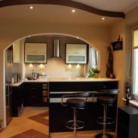 Арка с подсветкой в кухне-гостиной