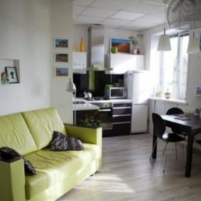Прямой диван с зеленой обивкой