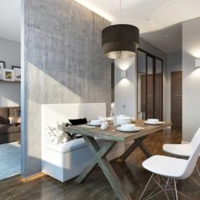 Деревянный стол в обеденной зоне кухни