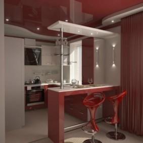 Красный потолок в кухне-гостиной