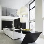 Контрастная мебель в кухне с большими окнами