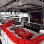 Красные спинки кухонного дивана