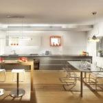 Дизайн кухни хай-тек в загородном доме