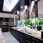 Черная мебель в кухне загородного коттеджа