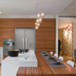 Коричневые фасады под дерево в кухне частного дома
