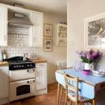Светлые стены деревенской кухни