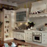 Деревянный гарнитур в сельской кухне