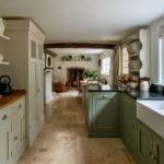 Длинная кухня в сельском стиле