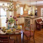 Деревянный пол в кухне-столовой