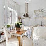 Белые стены деревенской кухни