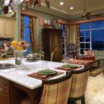 Клетчатая обивка кухонных стульев