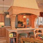 Огромная вытяжка над кухонным островом