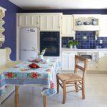 Белая мебель в комнате с синими стенами