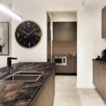 Огромный циферблат часов в интерьере кухни