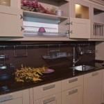 Черная столешница кухонной мебели