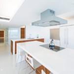 Ослепительно белый интерьер кухни модерн