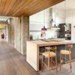 Деревянная обшивка потолка кухни