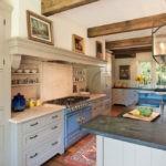 Картины в интерьере деревенской кухни