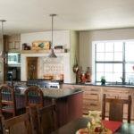 Интерьер большой кухни в частном доме